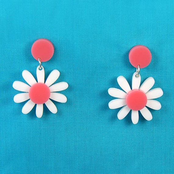 Retro Daisy Acrylic Dangle Earrings   Vintage Pink And White Plastic Flower Drop Earrings   Rockabilly Mod Pinup Nickel Free Jewelry by Etsy