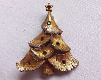 Vintage JJ Jonette Jewelry Co. rhinestone Christmas tree brooch pin gold tone with red and green stones