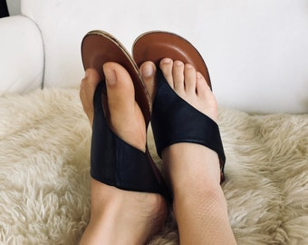 77911214714ff Size 9 1 2 Vintage  near perfect  condition Brass Plum Black Leather thong  sandals