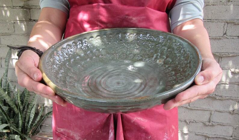 Grande mousse vert texturé grès céramique bol de service, centre de table, poterie fruits plat