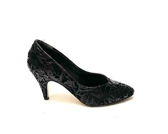 Vintage 1970s Flocked Heels // Black Leather Suede Floral Pumps by Gino Sentell Size 7 // European Vintage