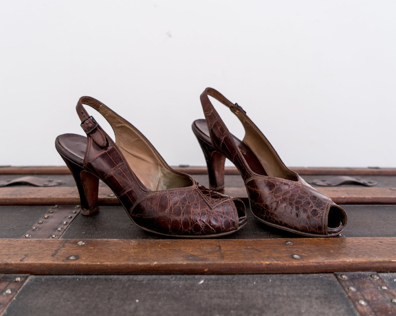 cdbd5394072c2 1940's peep toe heels. Size 9. 40's brown leather shoes. Slingback pumps.  reptile. deco. 9.5