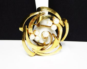 Gold & Pearl Round Brooch - Classic Jewelry -  1/20th 12k Goldfilled Signed Winard- Spinning Circles - Vintage 1950's - 1960's