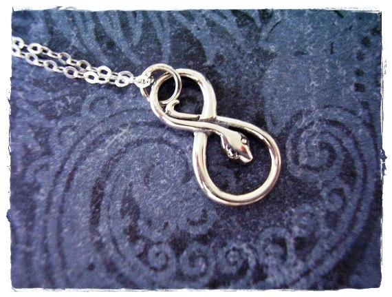 collier serpent infini argent infini serpent charme sur une. Black Bedroom Furniture Sets. Home Design Ideas