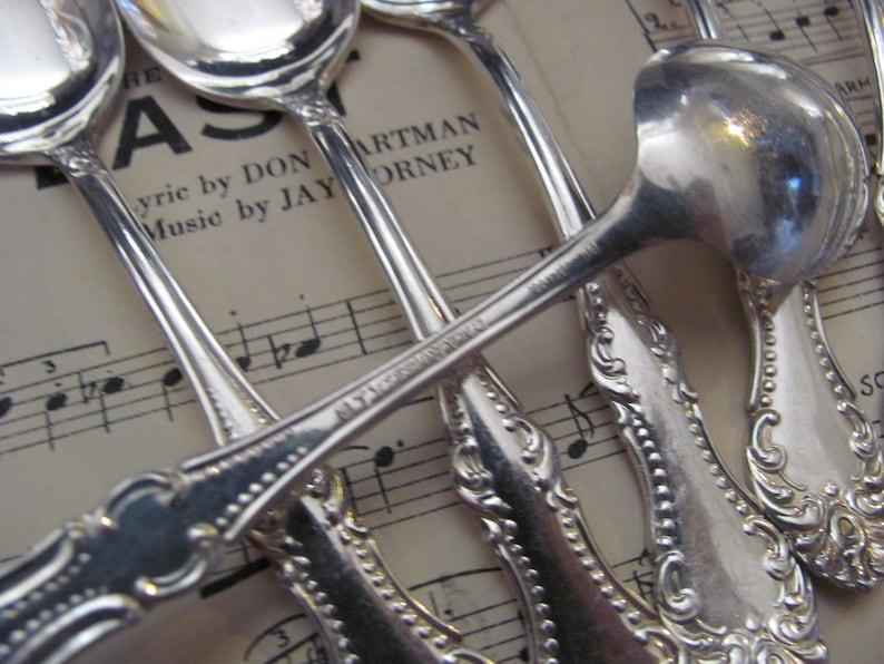 Ensemble de 8 silver Plate Small Five O Horloge Demitasse Spoons - Carlton Pattern 1898