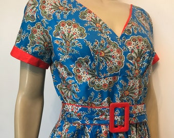 Early 1950s vintage vibrant paisley summer dress with red accents - w30""