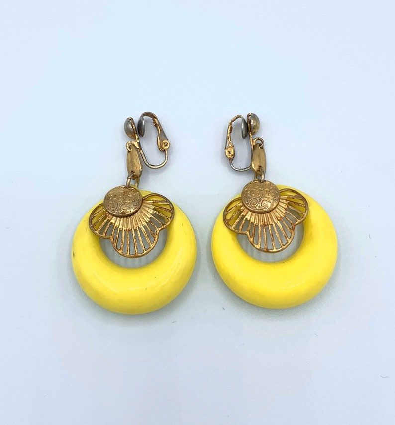 mod yellow and gold dangle hoop earrings clip on 60s vintage