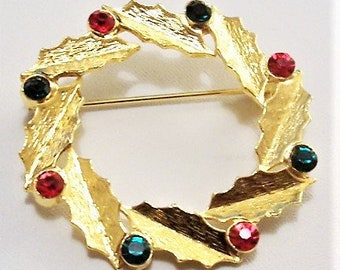 Christmas Holly Leaf Wreath Pin Brooch Gold Tone Vintage Round Bezel Set Faceted Stone Scalloped Edges