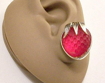 Sarah Coventry Red Strawberry Fruit Clip On Earrings Gold Tone Vintage Moonstone Pebbled Textured Glass Layered Leaves Raised Rimmed Edge