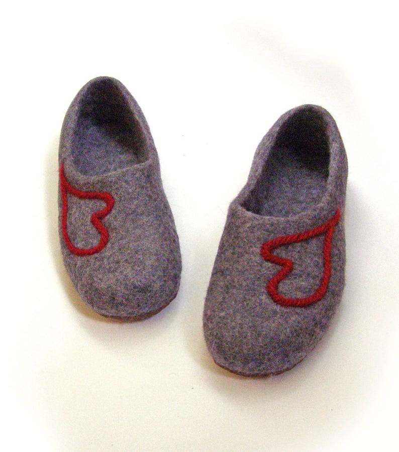 f71661f2f1990 Women house shoes / felted wool slippers Nature / house shoes / gray, red,  heart
