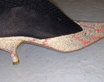 c6dd322ed3b34 Prada kitten heel mules in a gold lame brocade made in italy size 38 used