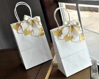 Sacs-cadeaux pour les demoiselles d'honneur.  Fabriqués à la main en 2-5 jours ouvrables.  Petite feuille de papier blanc sacs avec les anses.  Sacs de faveur du parti.