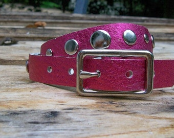 Buckled- metallic fuchsia leather wrap cuff