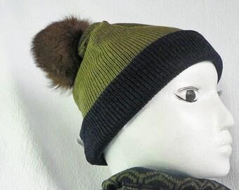 Tuque en tricot vert kaki et bleu marine avec pompon de fourrure recyclé  brun, pompom amovible, bonnet - ecoresponsable, ethique, upcycled 35e01904627