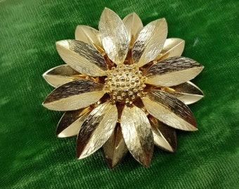 a4882d8d9 Vintage Sarah Coventry Gold Poinsettia Large Brooch Pin