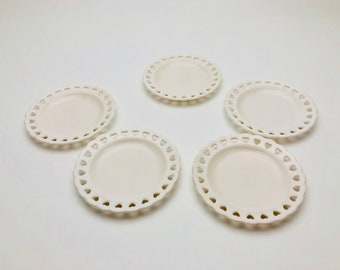 Free Shipping - Plastic Miniature round plate with heart sharp decoration