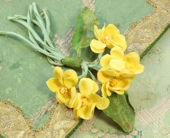 Vintage small yellow cluster 1940 1950 violets creamy shade flowers vintage small yellow cluster 1940 1950 violets creamy shade flowers trim wreath millinery flower trim green leaves brooch hat cloche bonnet from mightylinksfo