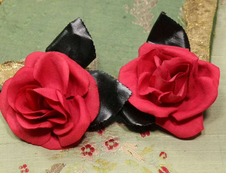 2c42a377cbca6 Lovely 1950s lot black red roses velvet flower lot assorted corsage vintage  millinery corsage fall shades hat cloche bonnet dress 1930