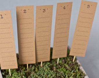 Tischplan aus braunem FSC Recyclingpapier, Kraftpapier als Sitzplan für Hochzeitsgäste, Platzkarten, Design: DIY, schlicht, vintage, retro