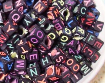 100 x 6mm noir et Candy couleur Alphabet Cube perles en résine