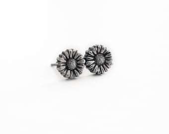 Daisy flower post earrings