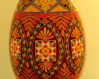 Pysanky, oeuf ukrainien, batik (méditations, version rouge)