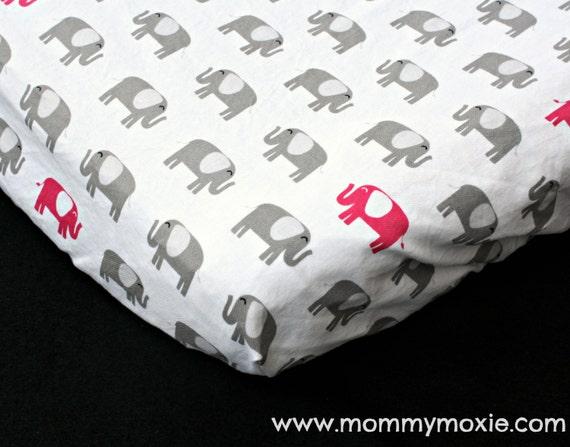Drap-housse lit feuille/changer Pad Mini housse de lit de bébé en gris chaud éléphants de roses sur fond blanc - par maman Moxie sur Etsy