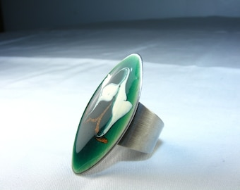 1970's Green enamel ring. Statement piece, silver metal, ivory and metallic gold swirls. Unworn vintage enameled enameling jewelry.