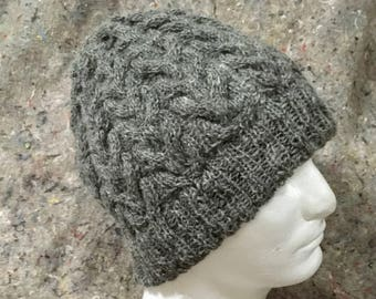 Cable-knit hat in natural shetland wool