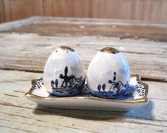 Tiny Volendam Holland Salt and Pepper Shaker Set