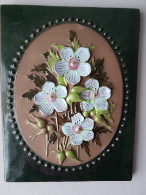 """Milieu du siècle 8 3/4 """"x 6 3/4"""" / rétro / céramique / plaque en céramique décoration murale seramic mur suspendu / plaque murale florale de Jie, Suède"""
