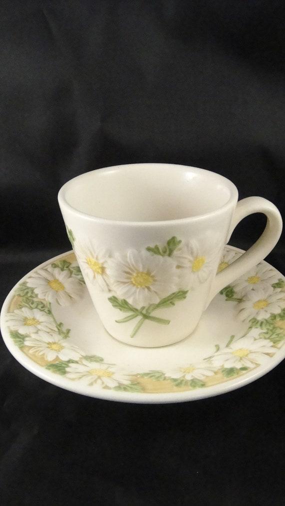Poppytrail Metlox Vernon Sculptured Daisy Flat Cup /& Saucer Set