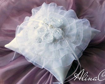 Cuscino portafedi Primavera, in raso bianco e organza,con rose in tessuto e strass,sposa,matrimonio