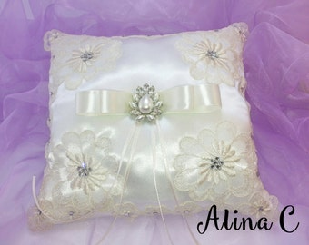 Cuscino  portafedi in raso bianco con applicazioni di fiori in pizzo avorio con fiocco di raso e strass, sposa, matrimonio,wedding,