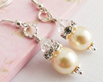 Ivory pearl earrings, bridesmaid earrings, bridal jewelry, ivory wedding jewelry, bridesmaid gift, creme parel oorbellen