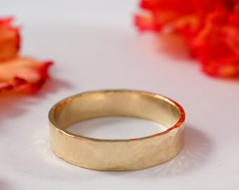 Mens Gold Wedding Band: An 18ct yellow gold wedding band