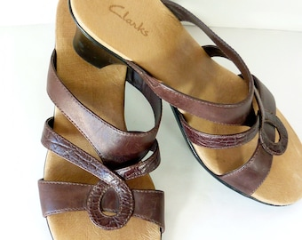 Thongs SIZE 8m Very Chic. Pair Of Leaf Leather Sandle