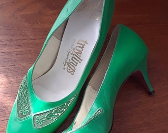 0766cd5a416 1950s 1960s Kelly Green Leather Pumps