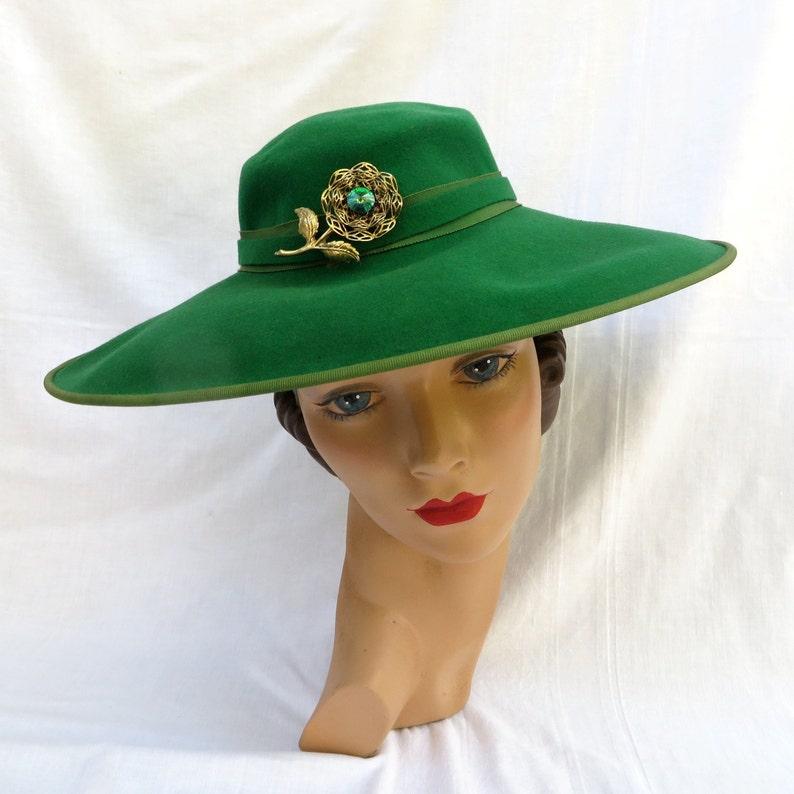 c90027df0f86 Vintage 1940's Green Felt Wide Brim Hat with Flower Brooch   Etsy