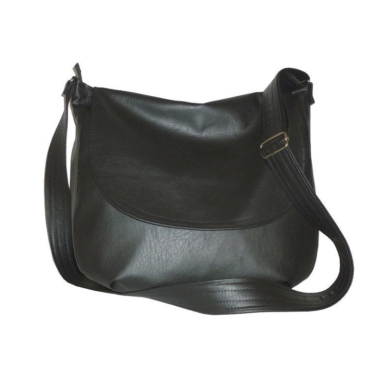 ef7ce362200b0 Czarna torebka listonoszka damska z klapą | Etsy