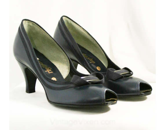 40053 Heels Deco 1950s 7 1 Peep with Sexy Width Deadstock 7AA Size 50s Narrow Navy Toes Sophisticated Bow Shoes Chic Versatile 4CwzWxq6H