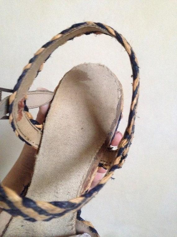 7741e2080da152 1940s Natural   navy blue straw wedge shoes   40s peep toe