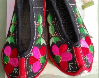 SALE Vintage Chinese Childrens Shoes Textile Souvenir Embroidered Flowers