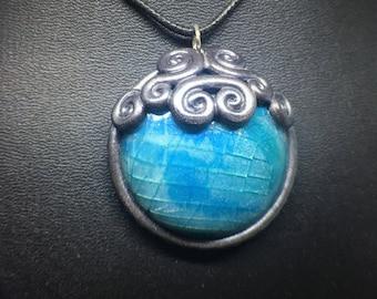 Gebrochenen gefrorene Glas Polymer Clay Edelstein Pendent Halskette mit Schneeflocke akzentuiert Lünette, Silber und blau