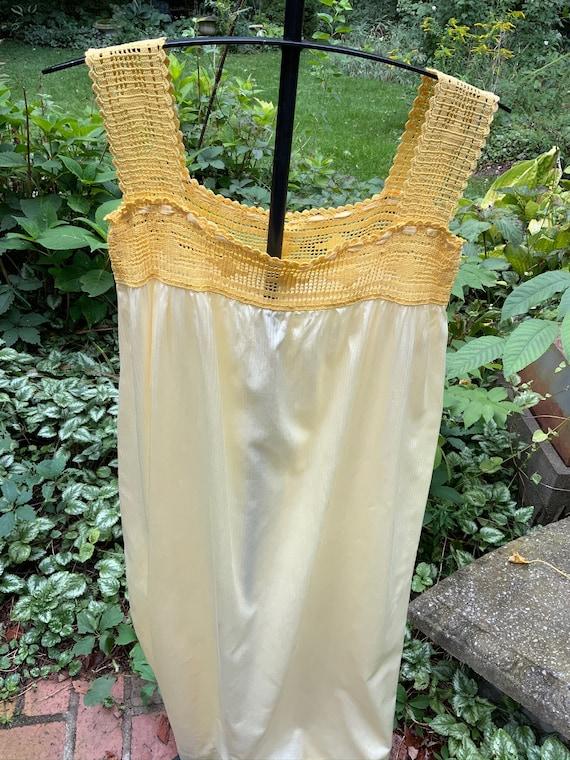 Sunshine yellow polished cotton 1940s nightgown - image 3