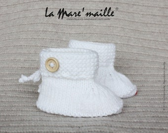 White wool baby booties bottons de La Mare hand knitted ' mesh