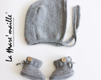 Set Bonnet beguin and white wool baby slippers, light grey or dark La Mare'maille