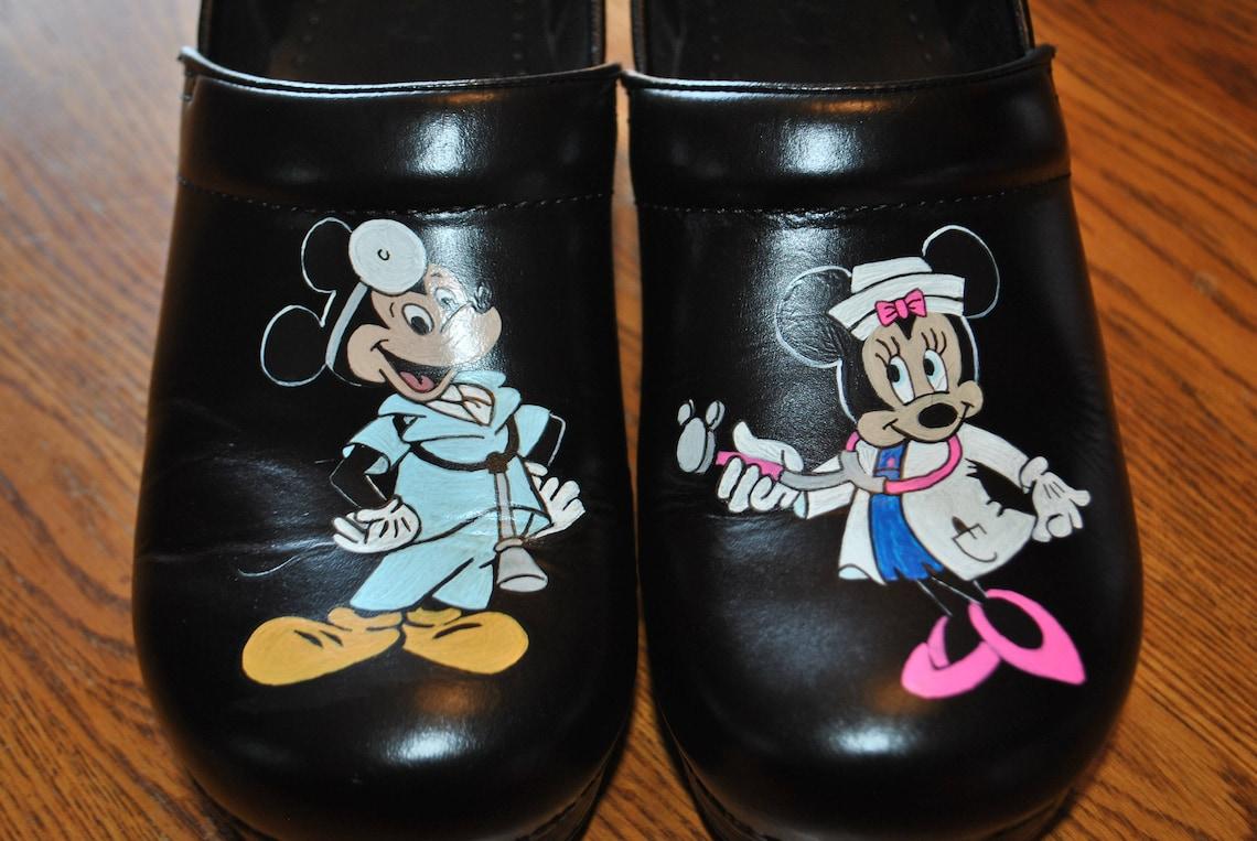 Nueva mano personalizada zapatos de enfermería con el ratón Mickey y Minnie pintados como enfermeras - vendidas al cliente siempre los zapatos