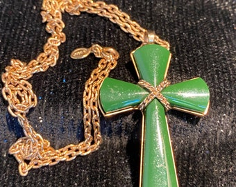 Avon Juliet Cross Green Jade Necklace Gold Tone Ova Cable Link Chain Vintage Avon 1975 Hangtag