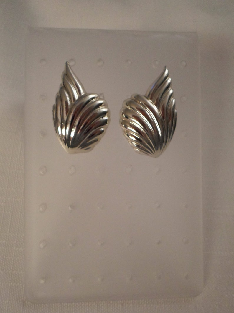 GOLD LEAF EARRINGS  Pierced  Art Moderne  Fashionista  Trendy  Classic  Traditional  Modernist  Chic  Vintage  Jewelry Accessories